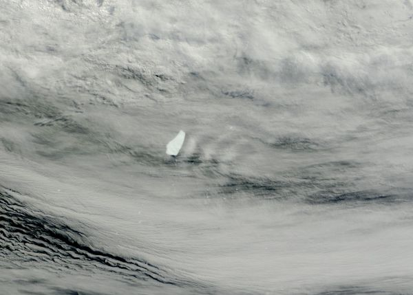 Ship-wave-shape wave clouds induced by Iceberg A62, South Atlantic Ocean