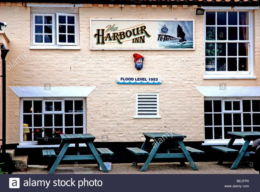 harbour-inn-southwold-harbour-with-sign-showing-flood-level-in-1953-BEJFP0.jpg