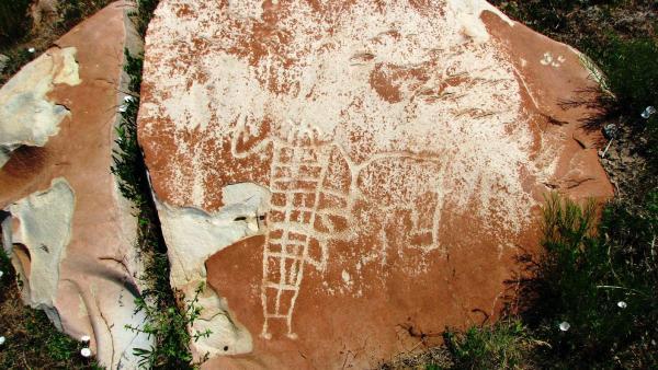 Trapezoidal petroglyph figure