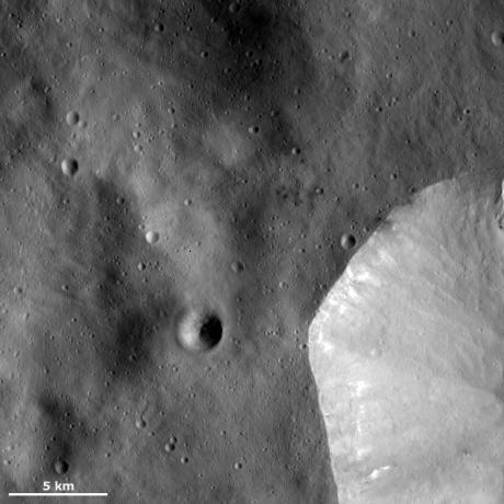 Vesta - Sharp crater rim