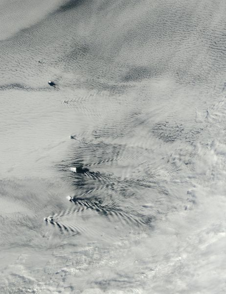 Ship-wave-shape wave clouds induced by South Sandwich Islands