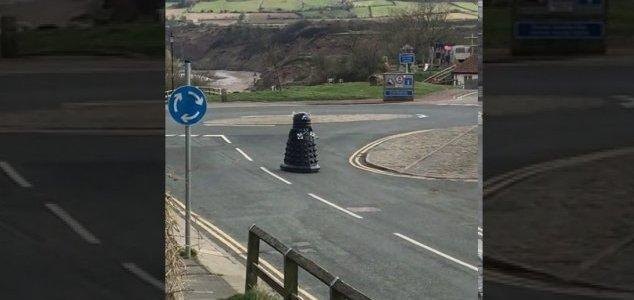 Patrolling Dalek orders people to self-isolate - lol lol News-dalek-street