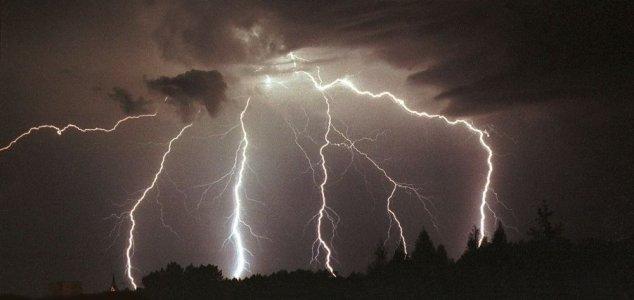 Record-breaking 700km lightning bolt recorded News-multi-lightning