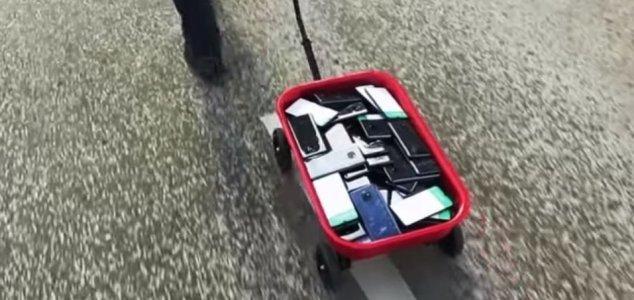 Man fools Google Maps using 99 mobile phones News-phone-cart